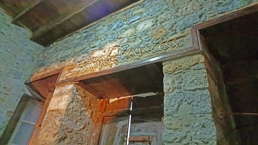 Расшивка старых каменных стен внутри дома. Стены сложены на земляной раствор!