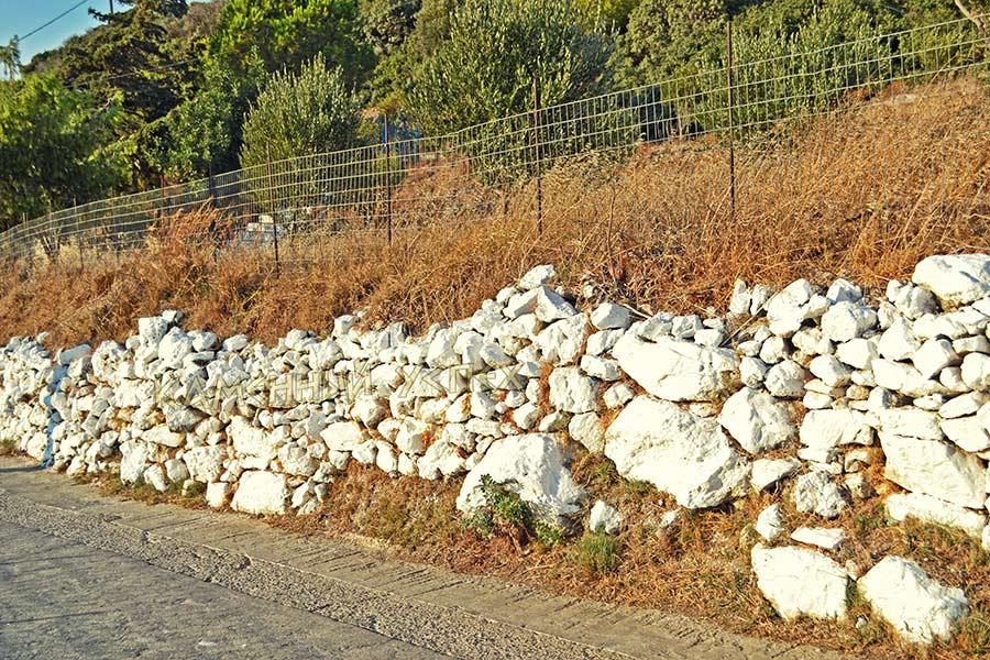 обочина дороги выложенная камнями