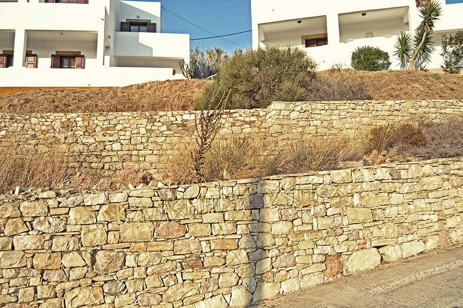 многоярусный каменный забор