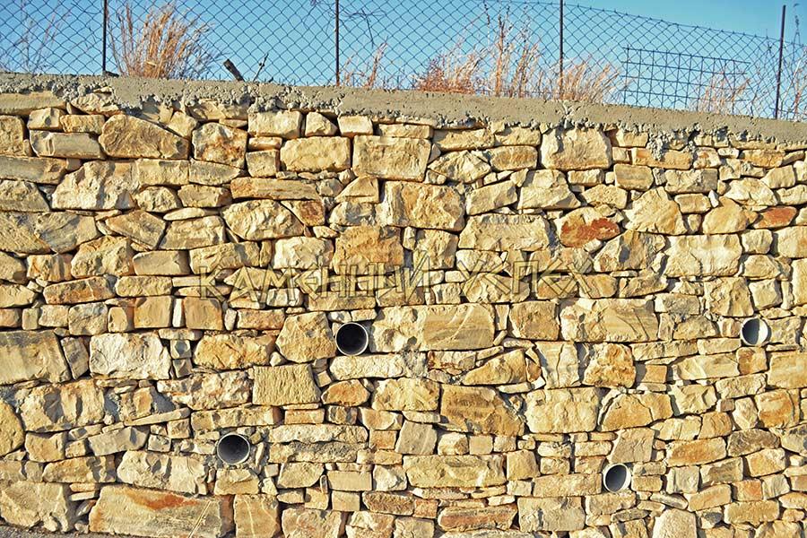 отверстие для стока воды в стене