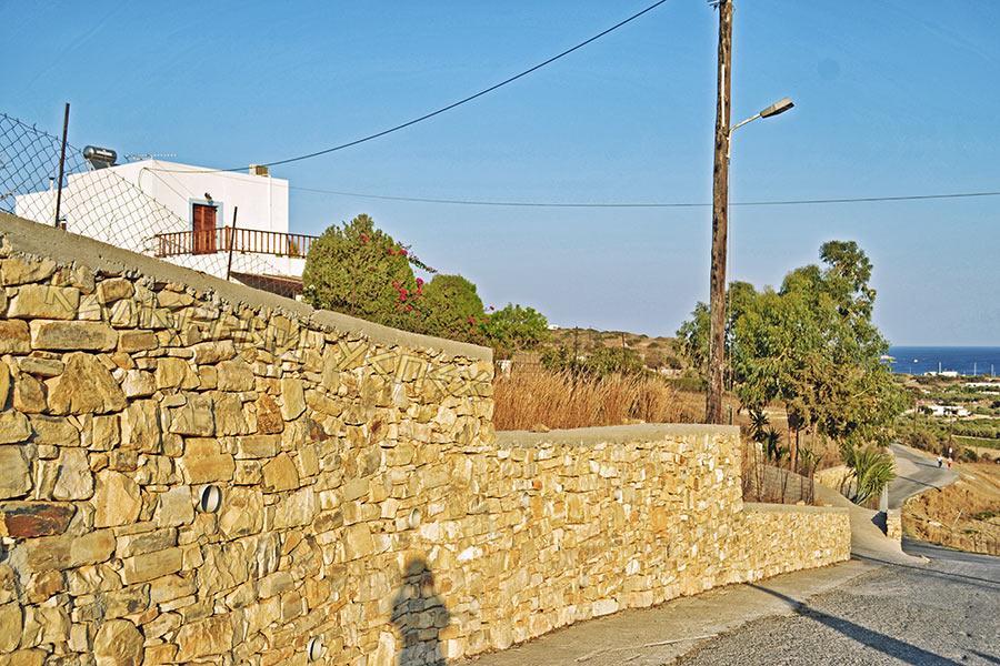 каменный забор у дороги