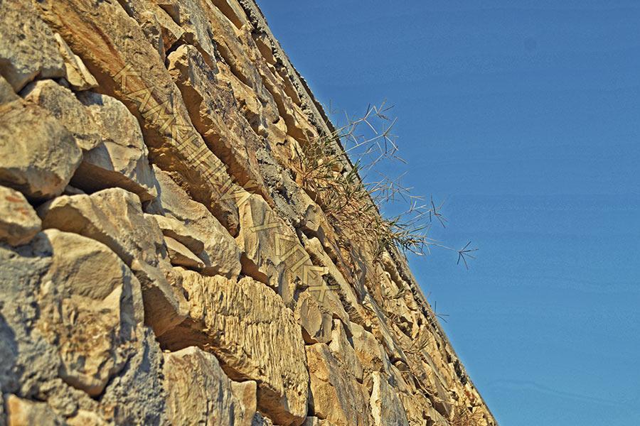 каменная стена забор