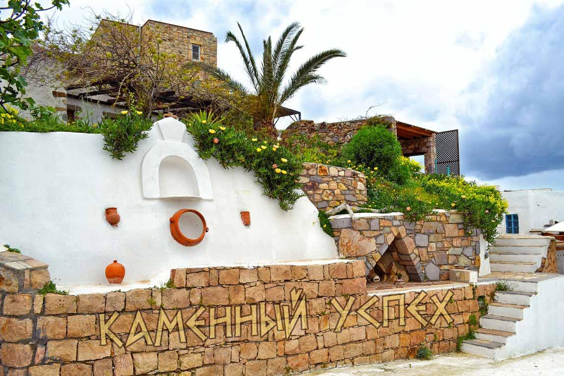украшения стены глиняными изделиями