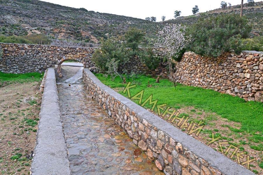 речка, забор с аркой