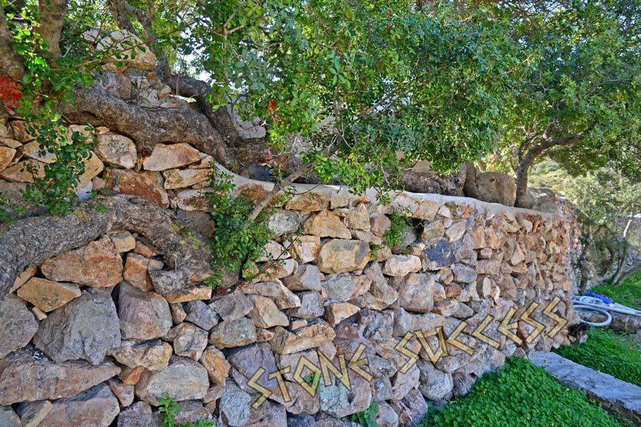 камни в дизайне забора