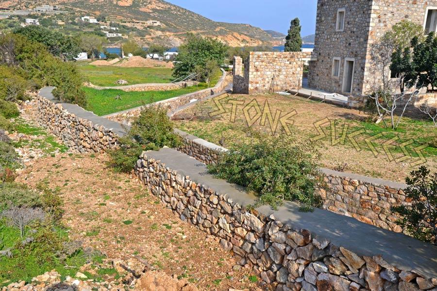 дом и двор из камня