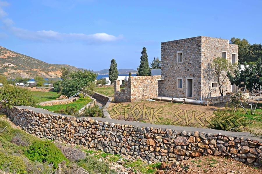 каменный дом у моря