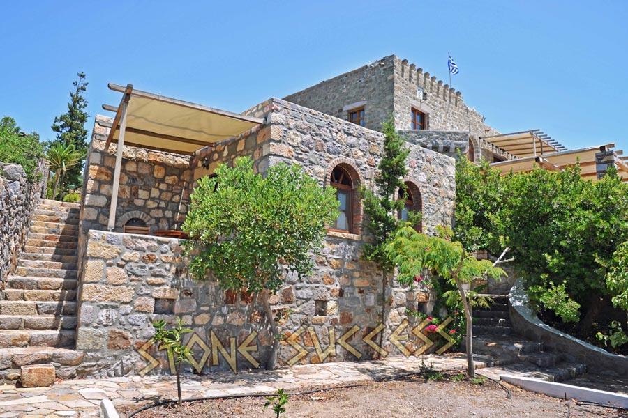 Каменный дачный дом с лестницей. Кладка по рядам