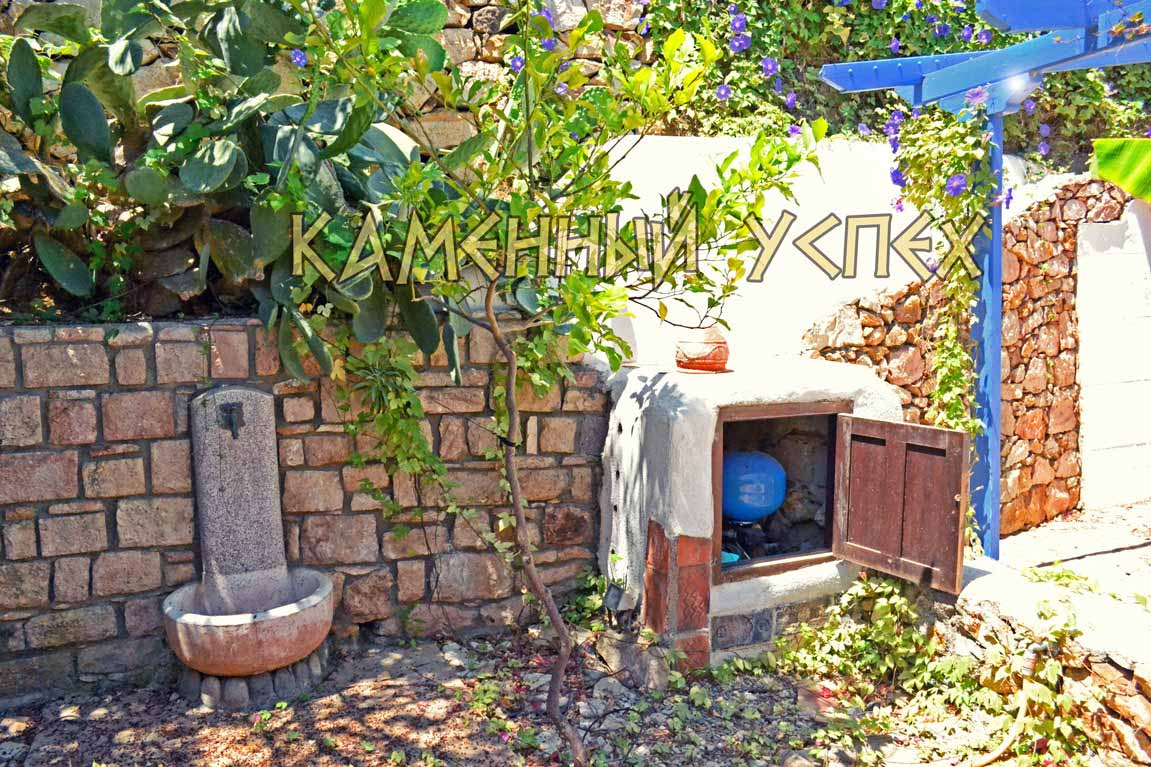 каменный фонтан в саду
