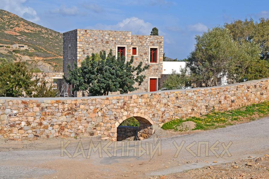 дом из камня на берегу Эгейского моря