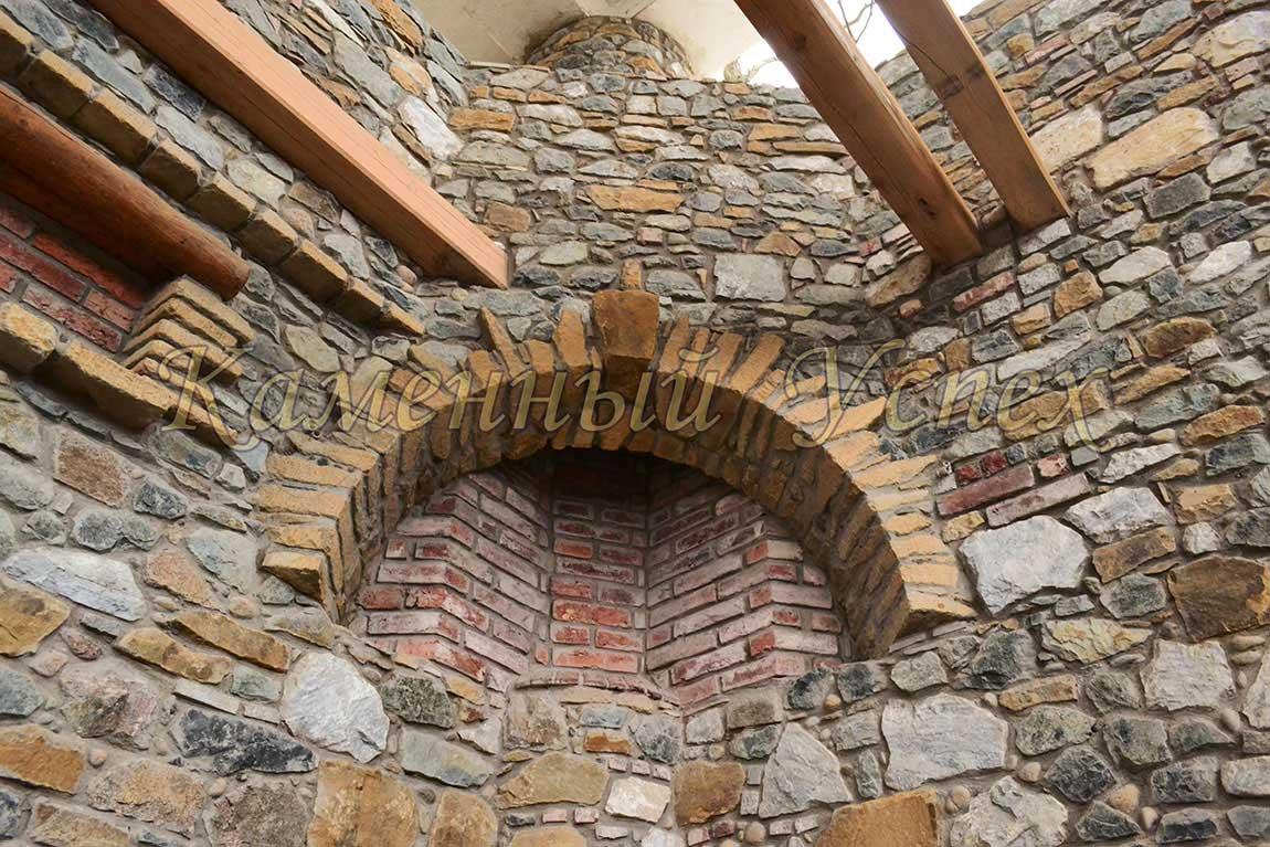 камин в доме натуральный камень