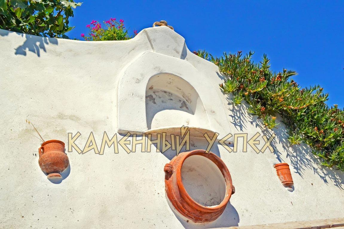 глиняные изделия в стене