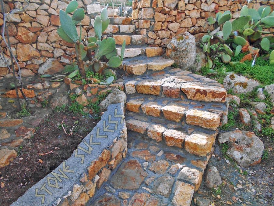 каменная лестница в саду