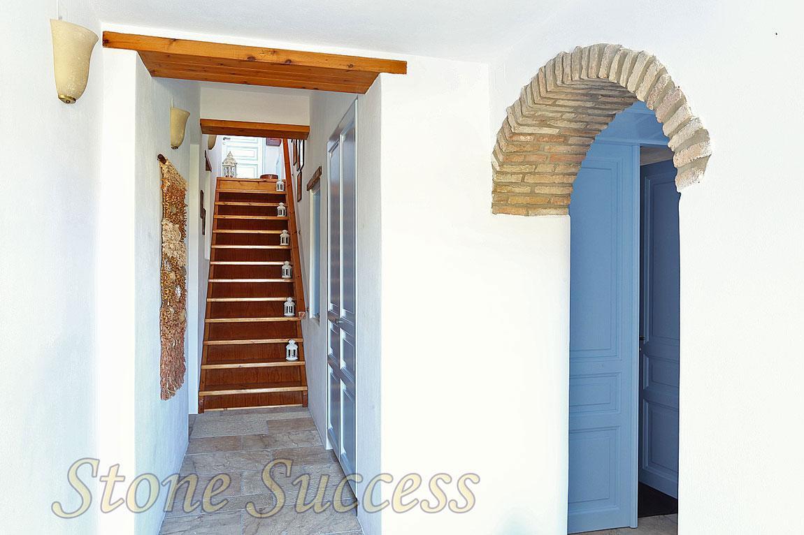 узкий вход в дом
