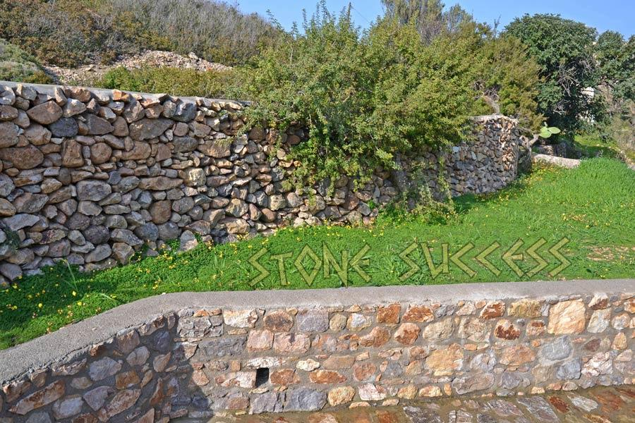 сочетание камня и строений