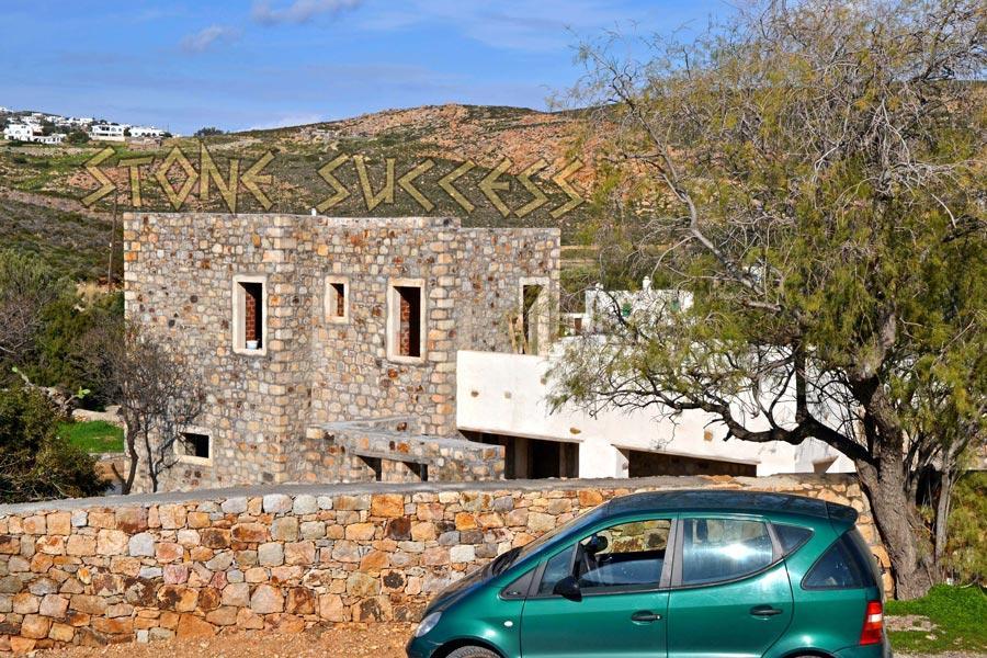 каменная парковка у каменного дома