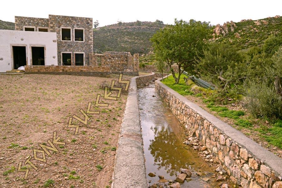 речка из камня Патмос Агриоливади