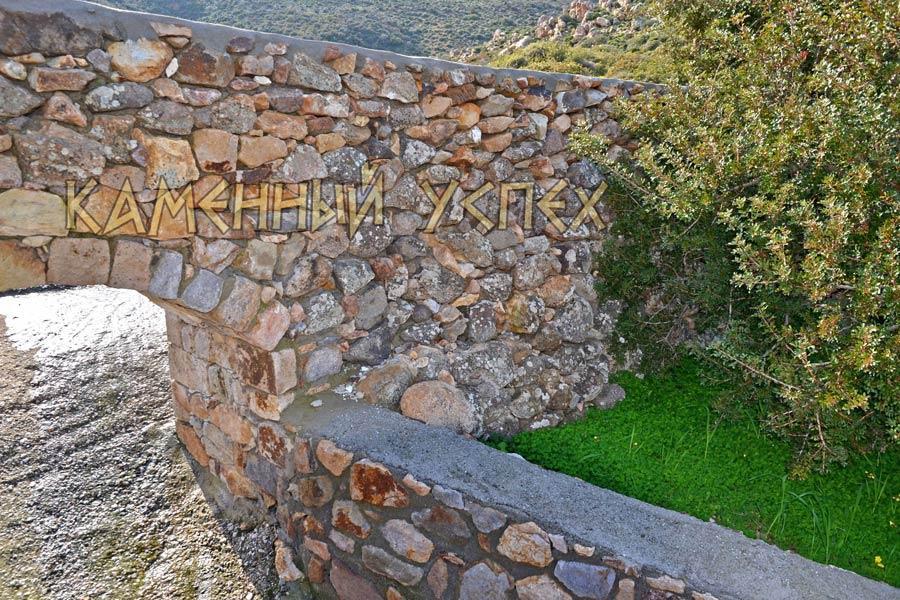 ручей из каменной арки