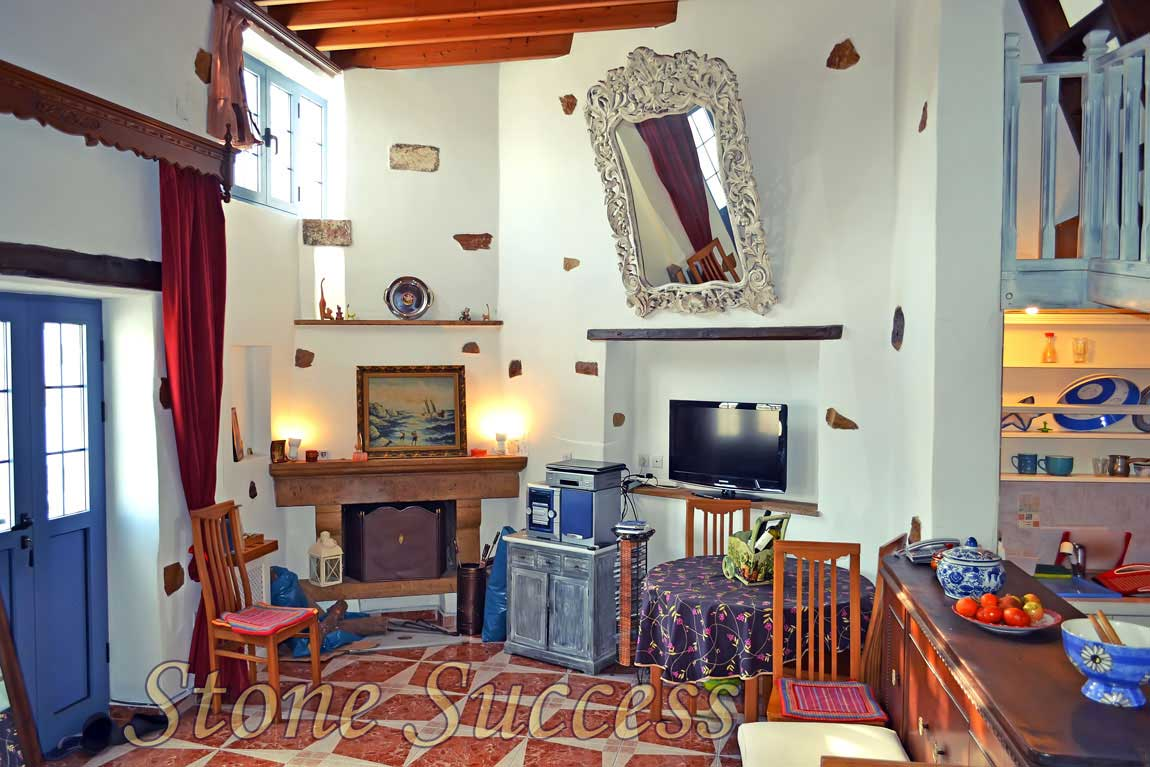 каменный интерьер дома с камином