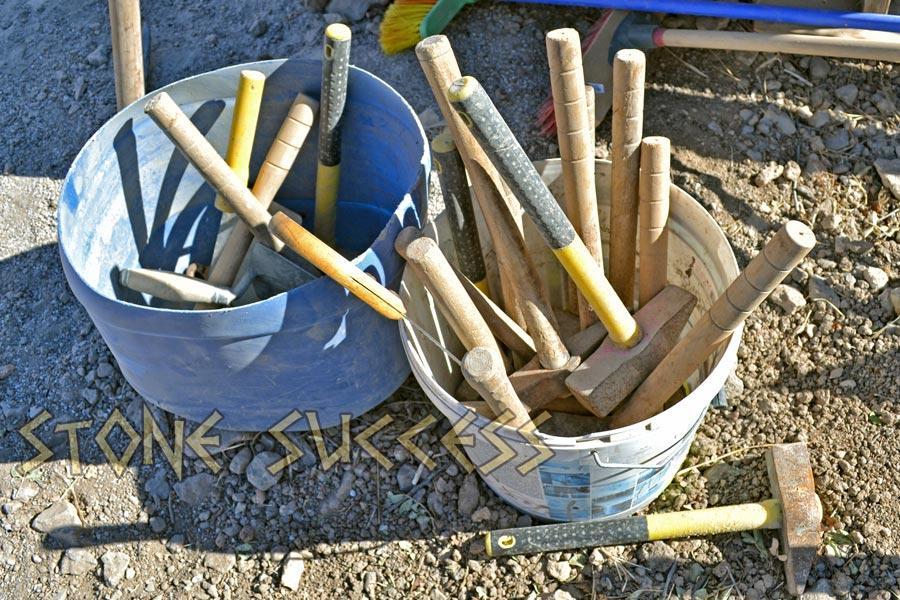 Сколько молотков нужно каменщику для работы?