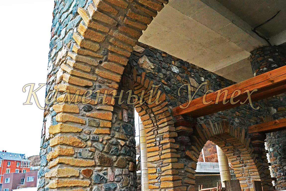 стройка дома из гранита и песчаника