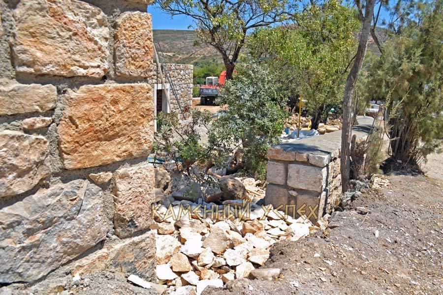 строим забор островная Греция