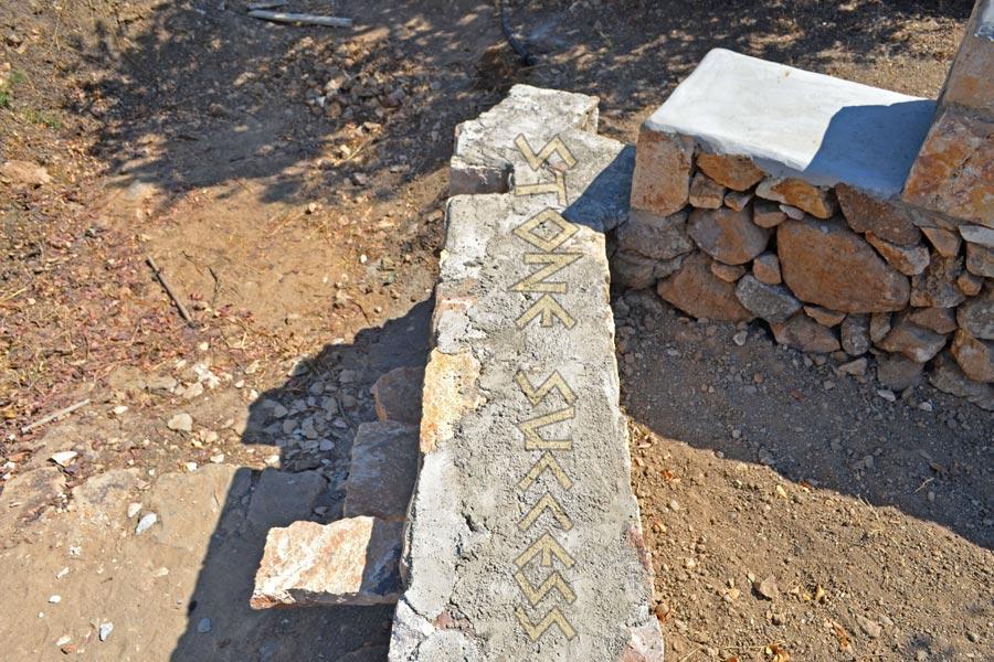 угол каменного забора