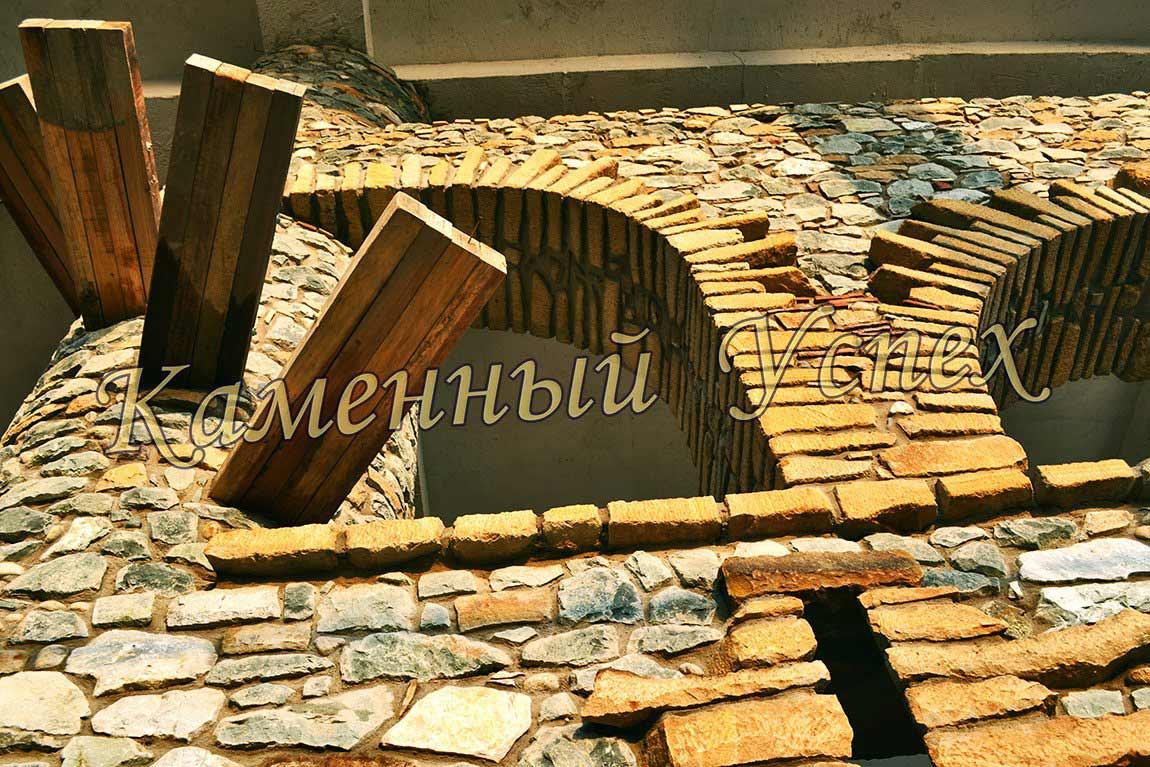 винтовая лестница каменная колонна гранит