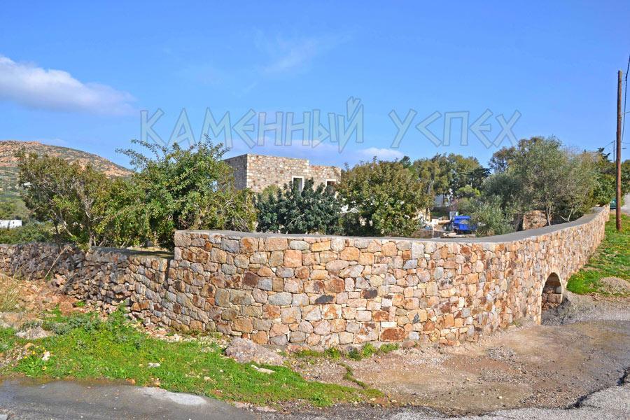 каменный забор с аркой