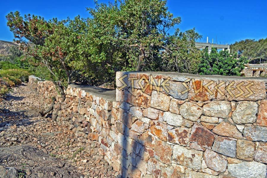 Забор из камня у дороги